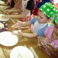 Увлекательное занятие лепить пироги из теста и кортофельной начинкой.